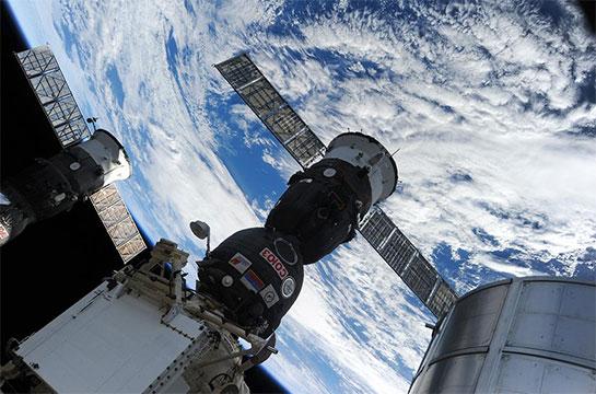 soyouz a rejoint la station spatiale internationale. Black Bedroom Furniture Sets. Home Design Ideas